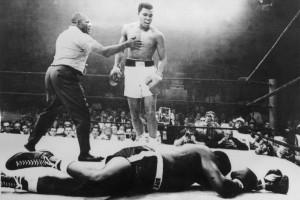 7773684069_mohamed-ali-alias-cassius-clay-conserve-son-titre-de-champion-du-monde-de-boxe-a-lewington-en-1965-en-battant-sony-linston-par-k-o-en-un-round